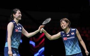 女子ユーバー杯準決勝で笑顔を見せる福島(右)、松本組(15日、オーフス)=ゲッティ共同