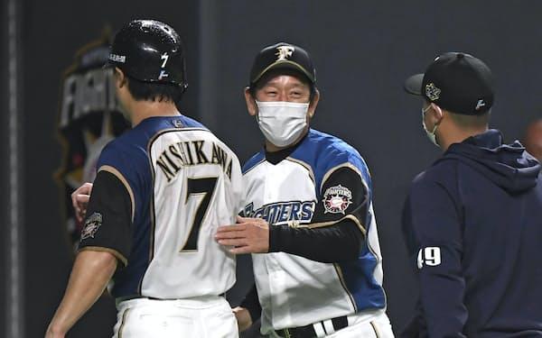今季限りでの退任が発表された日本ハム・栗山監督(中)=共同