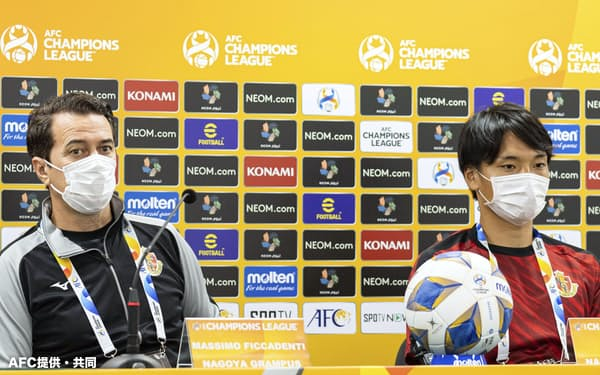 準々決勝の浦項戦を前に、記者会見する名古屋のフィッカデンティ監督(左)と中谷(16日、韓国・全州)=AFC提供・共同