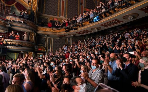 米国では経済再開に向けた動きが本格化する(9月、ニューヨーク市の劇場街ブロードウェーを訪れた人々)=ロイター
