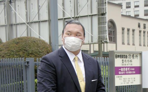 スーツ姿で日本相撲協会の研修会に出席した元横綱白鵬の間垣親方(16日午後、両国国技館)=共同