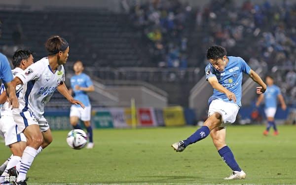 横浜FC―徳島 後半、チーム4点目のゴールを決める横浜FC・高木=右(16日、ニッパツ)=共同