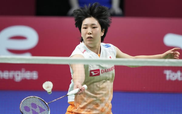 女子ユーバー杯決勝の中国戦でプレーするシングルスの山口茜(16日、オーフス)=AP