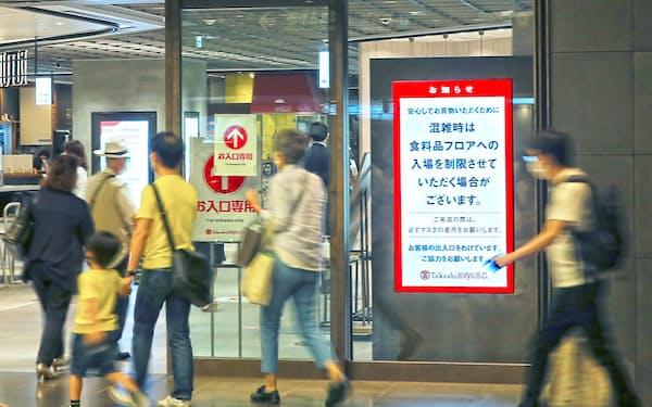 百貨店は感染拡大で入場制限などの対策に追われた