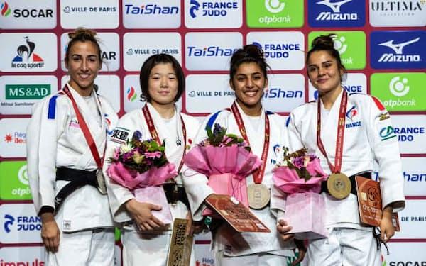 女子48キロ級で優勝し、表彰台で笑顔の古賀若菜=左から2人目(16日、パリ)=国際柔道連盟提供・共同