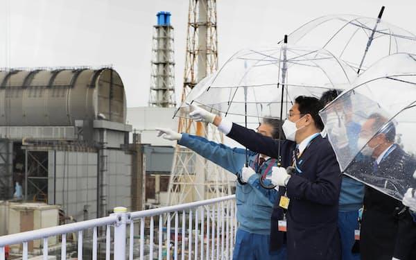 福島第1原発を視察する岸田首相(17日)=代表撮影