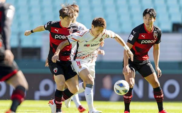 浦項戦で競り合う名古屋・柿谷=中央(17日、韓国・全州)=AFC提供・共同