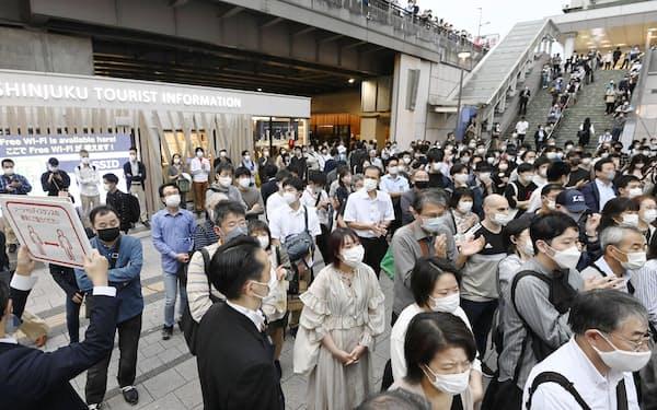衆院解散後初めての週末となり、JR新宿駅前で行われた政党の街頭演説を聞く人たち=16日午後(画像の一部をモザイク加工しています)