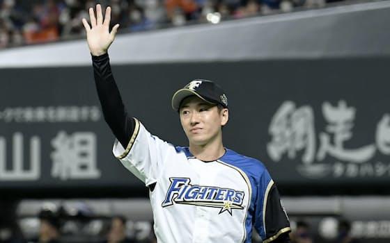 引退試合のオリックス戦に登板し、ファンに手を振って応える日本ハムの斎藤佑樹投手=共同