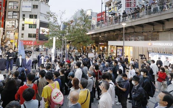 JR新宿駅前で行われた政党の街頭演説を聞く大勢の人たち=16日午後(画像の一部をモザイク加工しています)
