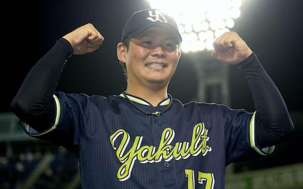 プロ野球記録を更新する今季48ホールド目を挙げ、ポーズをとるヤクルト・清水=横浜