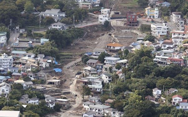 静岡県熱海市伊豆山の大規模土石流現場。下は東海道新幹線(2日)=共同