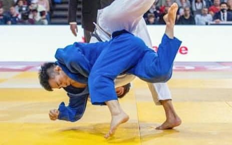 男子81キロ級決勝でグリガラシビリを投げる佐々木健志=手前(17日、パリ)=国際柔道連盟提供・共同