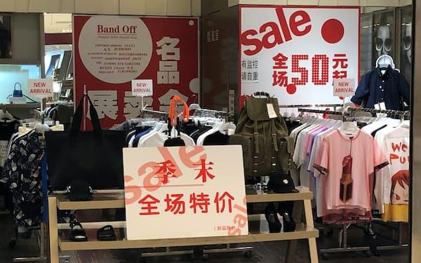 消費需要を喚起するため値引きセールを実施するアパレル店(7月、北京市)