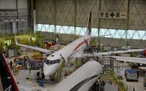 格納庫で点検作業を急ぐMRJ試験機(愛知県豊山町の小牧南工場)
