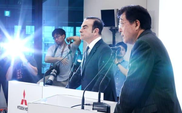 記者会見する三菱自の益子会長兼社長(右)と日産のゴーン社長(2016年10月20日、肩書は当時)