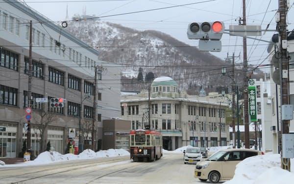 函館市は、観光客が減る冬場に「はこだて割」を再開する方針だ(十字街から見上げた函館山)