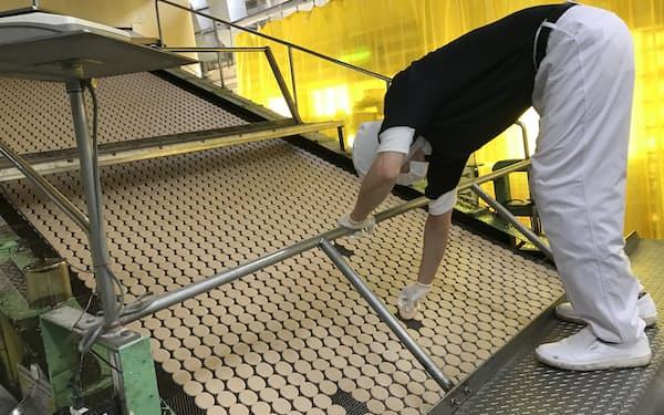 工場の作業員が水分量などを厳しくチェックし、高い品質を保っている(福岡県直方市)