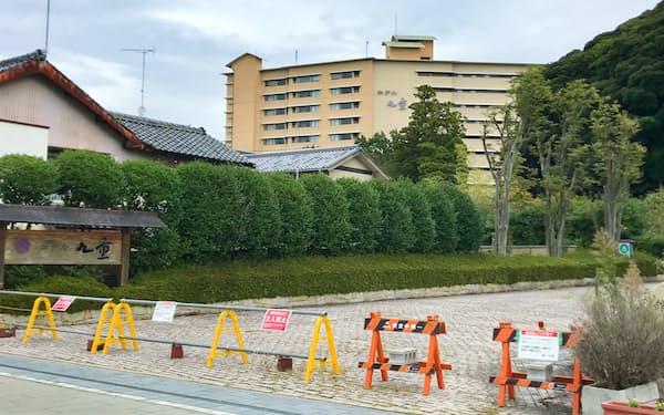 ホテル九重(奥の建物)は11月から2年間かけて解体する