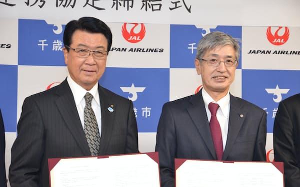 連携協定を結んだ千歳市の山口市長(写真左)とJALの赤坂社長(18日、千歳市役所)