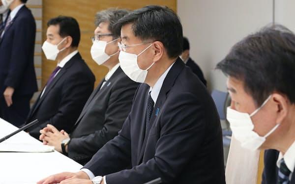 原油価格高騰に関する関係閣僚会議の初会合で発言する松野官房長官(右から2人目)=18日、首相官邸
