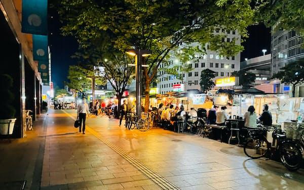 通常営業初日の15日午後9時を過ぎ、福岡・天神の人通りはまばらだった