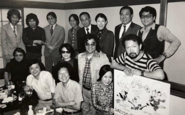 解散後10年以上たってVIVOメンバーが集合。前列左から川田喜久治、丹野章、奈良原一高。中列右から東松照明、佐藤明。後列左から3人目が細江英公、同右端が筆者