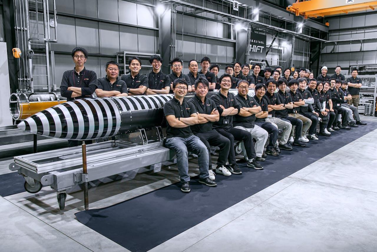 インターステラテクノロジズの仲間たちと(前列左端が稲川貴大・同社社長、隣は堀江貴文氏)