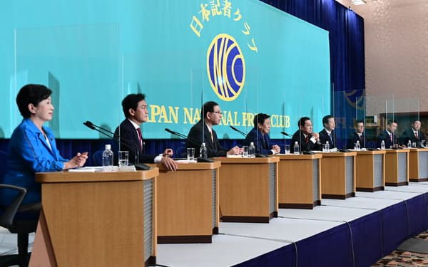 日本記者クラブの討論会で議論する与野党の9党首(18日、東京都千代田区)