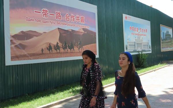 タジキスタンの首都ドゥシャンベに張られた「一帯一路」のポスター