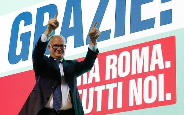 勝利したグアルティエーリ氏はごみ問題の解決が最優先課題になる(18日、ローマ)=ロイター