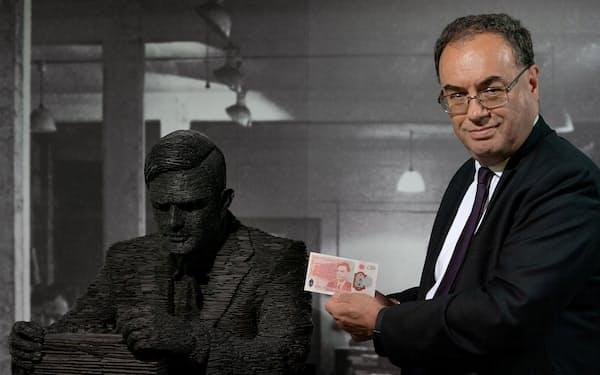 英中銀から物価高警戒の情報発信が強まっている(6月、新50ポンド札を掲げるベイリー総裁)=ロイター