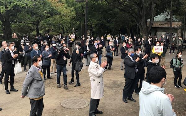 衆院選が公示され、街頭演説を聞く有権者ら(19日、仙台市)
