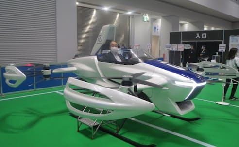 日本のベンチャー「スカイドライブ」が開発した空飛ぶクルマ「SD-03」に試乗する中村洋明氏(2020年11月、東京ビッグサイト)