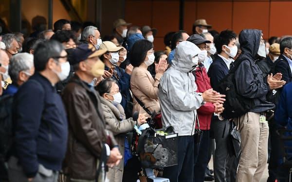 衆院選が公示され、候補者らの街頭演説を聞く有権者(19日午前、東京都新宿区)