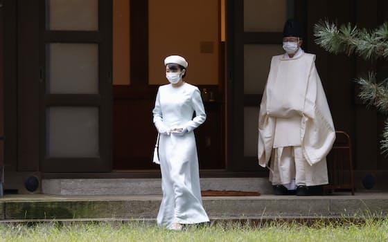 皇居・宮中三殿の参拝に向かう秋篠宮家の長女、眞子さま(19日午前)=代表撮影