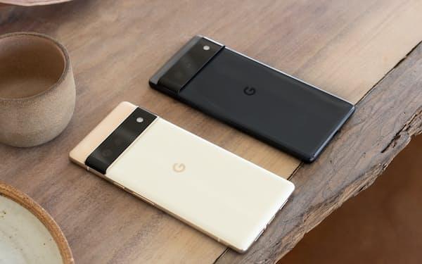 米グーグルが発売するスマートフォンの新製品「Pixel 6」(奥)と「同Pro」
