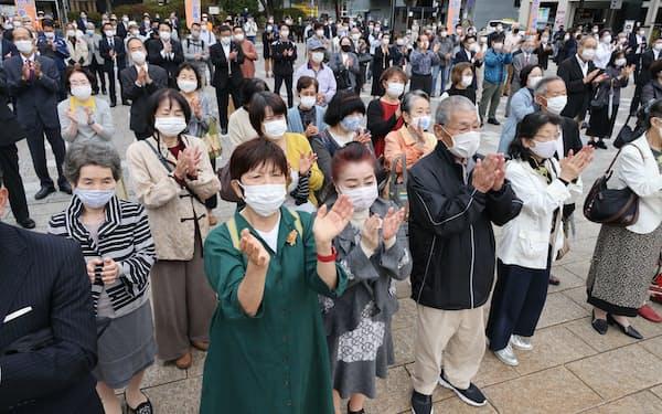 衆院選が公示され、候補者らの街頭演説を聞く有権者ら(19日午前、長崎市)