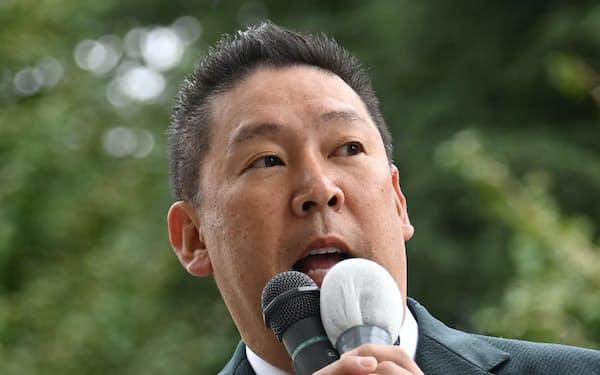 第一声を上げる「NHKと裁判してる党弁護士法72条違反で」の立花孝志党首(19日、東京都渋谷区)