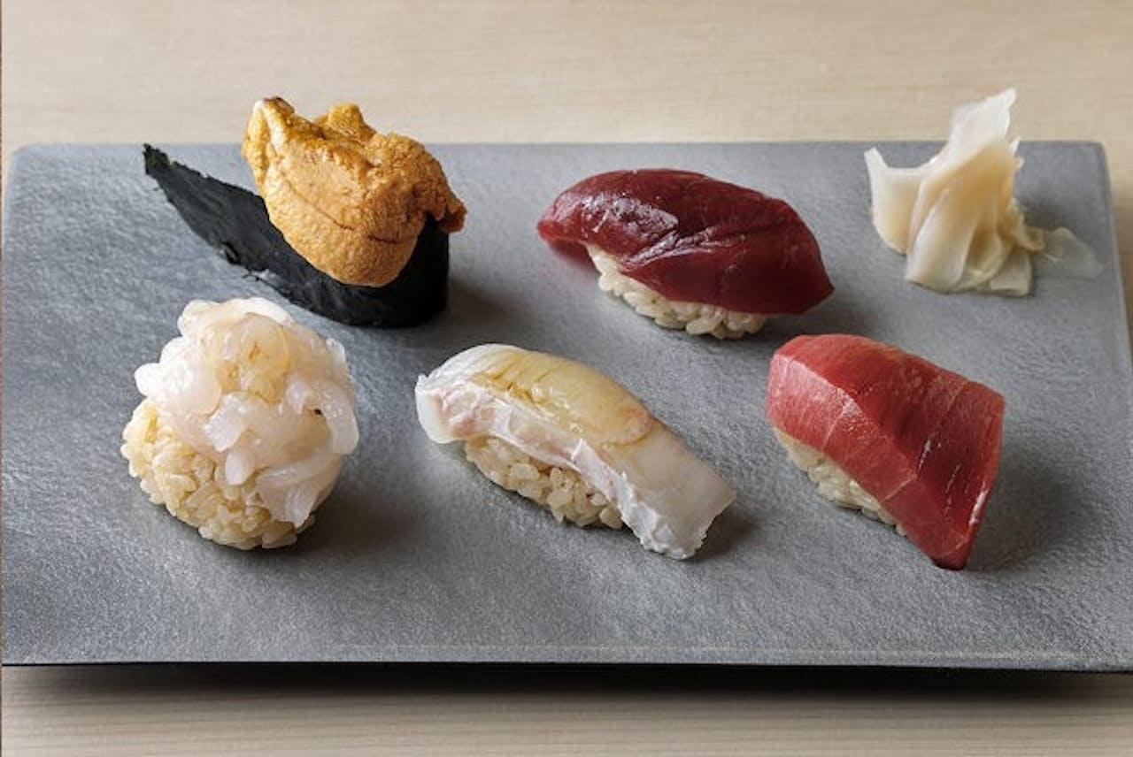 「立喰い寿司 あきら」のネタは、同じオーナーが経営する白金高輪の人気店「鮨龍尚」と一緒に豊洲で仕入れたもの