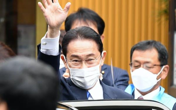 衆院選が公示され、第一声を上げる場所に到着した岸田首相(19日午前、福島市)