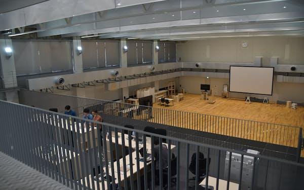 体育館を生かした天井の高いスペース