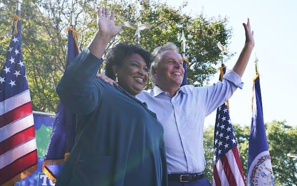 民主党候補のマコーリフ前知事(右)と応援に駆けつけた女性活動家ステイシー・エイブラムス氏(17日、バージニア州)=AP
