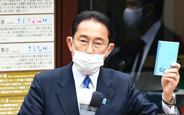 衆院選が公示され、ノートを掲げながら第一声を上げる自民党総裁の岸田首相(19日午前、福島市)