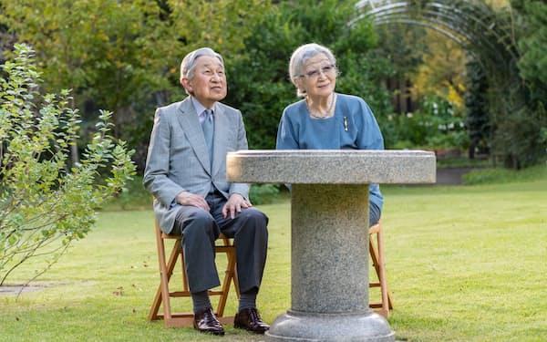 上皇さまに寄り添う上皇后さま(10月4日、東京・港の仙洞仮御所の庭)=宮内庁提供