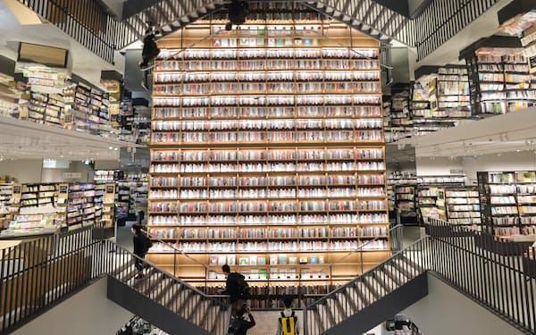 「TSUTAYA BOOKSTORE」にある本棚のディスプレー(名古屋市西区)