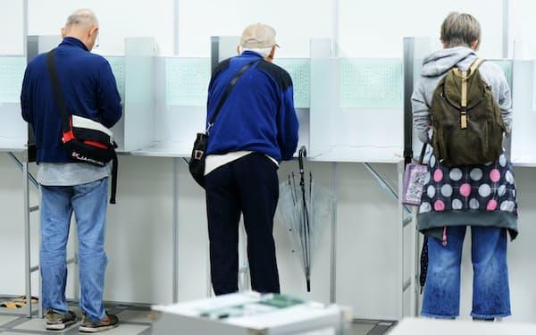 投票用紙に記入する有権者(2017年衆院選)