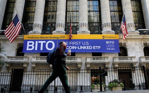 19日に上場したビットコイン先物連動のETF「BITO」を記念するニューヨーク証券取引所(ニューヨーク)=ロイター