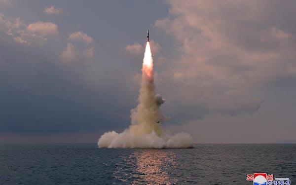 北朝鮮による新型の潜水艦発射弾道ミサイル(SLBM)の発射実験(19日)=朝鮮中央通信・共同
