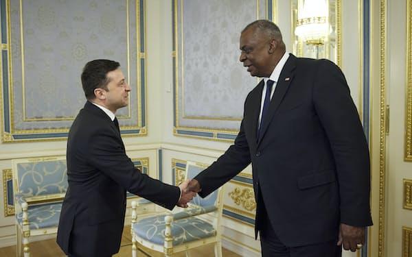 オースティン米国防長官(右)はウクライナのゼレンスキー大統領と会談して軍事協力を確認した(19日、キエフ)=AP